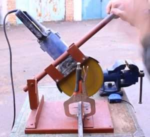 How to Make a Crosscut From an Angle Grinder