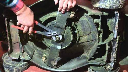 How to Remove a Knife from a Lawn Mower