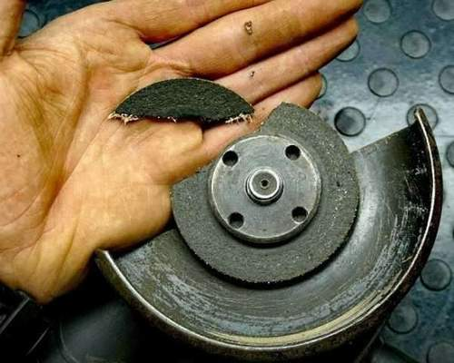 Unscrews the nut on the angle grinder during operation