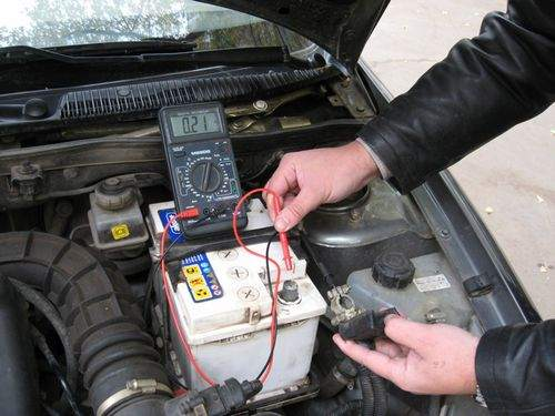 how to check the battery capacity with a multimeter from a screwdriver